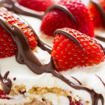 طرز تهیه کیک توت فرنگی بدون پخت